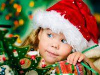 Fröhliche Kinder bei den Weihnachtsworkshops der Eventplanerin